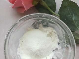宝宝辅食----超级简单又好吃的酸奶球 ,碗中倒入适量的奶粉,酸奶团搓成大小均匀的球球