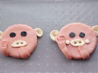萌猪花样小馒头,依次做好所有的面团,也可以在猪脸上做个小腮红,这样看着更可耐有木有。