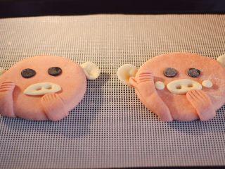 萌猪花样小馒头,把做好的萌猪放入蒸箱里,醒发一会后蒸熟,用蒸锅蒸的直接用中火蒸开再蒸15分钟后关火焖4分钟即可。