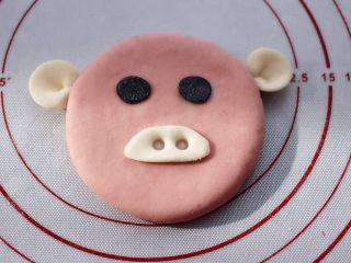 萌猪花样小馒头,再用筷子在猪鼻子上扎两个眼。