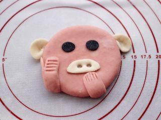 萌猪花样小馒头,粘上这个竖起大拇指的小手,蘸些清水,更容易粘,可以在做一个小手,如图中所示,做出惊讶的样子。