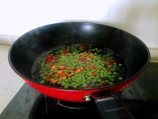小炒腊肉丁,放入柿子椒一起焯水2分钟。