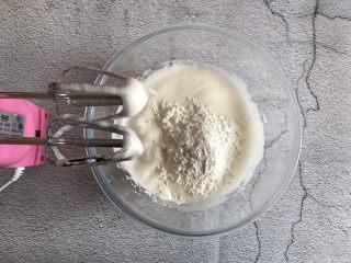 香橙溶豆,两个蛋清打发至有纹路加入玉米淀粉继续打发