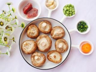 改良版香菇酿肉,准备好所有食材。
