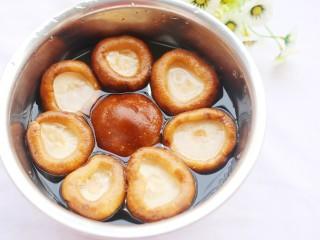 改良版香菇酿肉,香菇盐水浸泡半小时,清洗后去蒂。