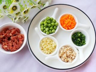 改良版香菇酿肉,肉切末,豌豆洗净,胡萝卜大蒜、和香葱切碎。