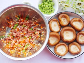 改良版香菇酿肉,拌匀的食材加入香菇盖里。