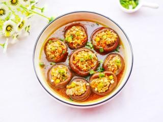 改良版香菇酿肉,将调好的调料汁浇在香菇上,撒上香葱碎就完成了!