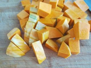 土豆熬金瓜  新文美食,南瓜切成块。