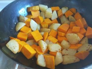 土豆熬金瓜  新文美食,翻炒均匀。