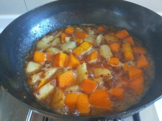 土豆熬金瓜  新文美食,大火烧开转中火。