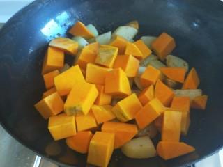 土豆熬金瓜  新文美食,倒入南瓜。