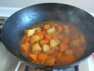 土豆熬金瓜  新文美食,土豆熬制软糯汤浓稠加入鸡精,即可关火。