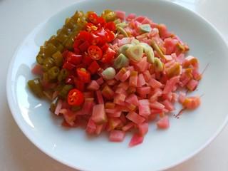 肉末炒泡菜  新文美食,切好装盘备用。