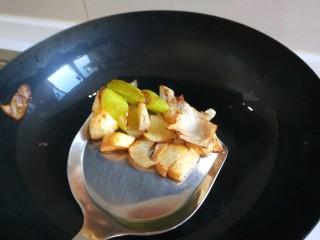 肉末炒泡菜  新文美食,在铲出葱姜蒜留底油,倒入肉末炒散成出备用。