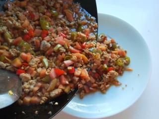 肉末炒泡菜  新文美食,倒入盘中即可食用。