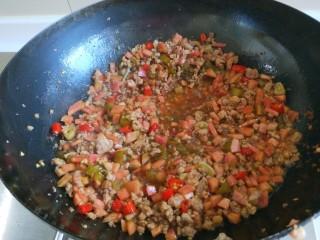 肉末炒泡菜  新文美食,翻炒均匀。