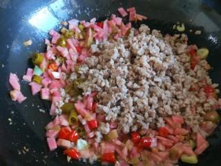 肉末炒泡菜  新文美食,倒入肉末。