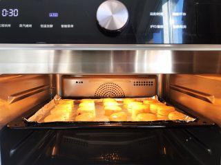 淡奶油果干燕麦司康饼,将烤盘放入预热好之后的美的蒸烤一体机,中层
