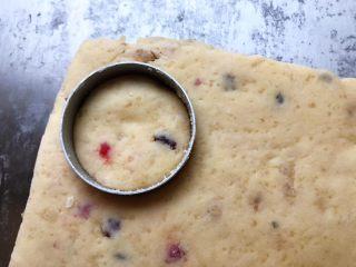 淡奶油果干燕麦司康饼,用你所喜欢的模具切出形状