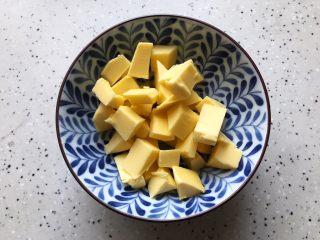 淡奶油果干燕麦司康饼,黄油提前室温解冻,并且切成小块