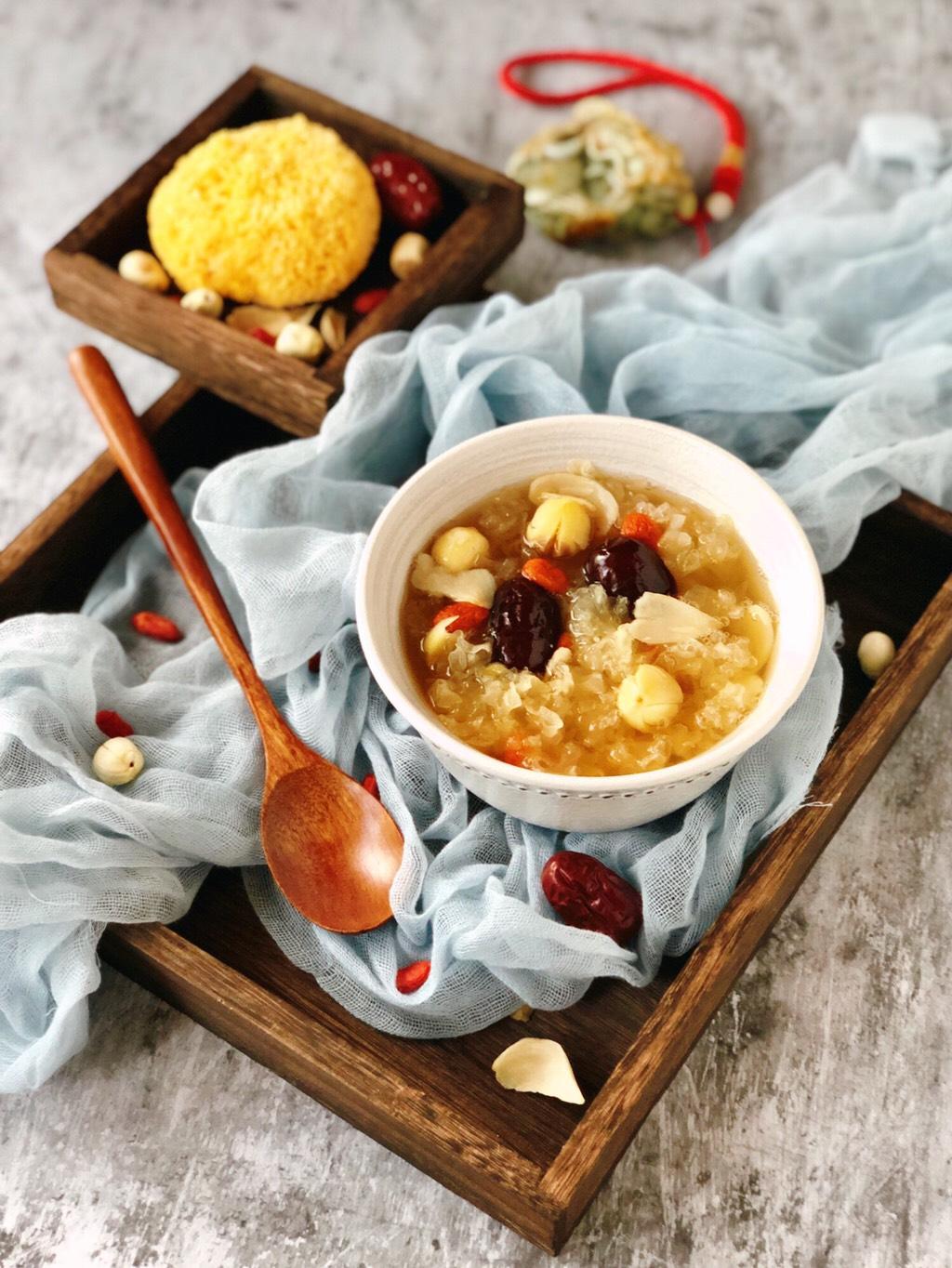 百合红枣糯耳莲子汤,盛一碗开始享用吧!滋阴润肺、益气养心。</p> <p>