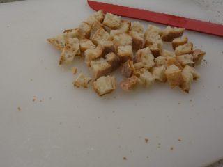 #年年有鱼#家宴:三文鱼沙拉,法棍要用面包刀好切一些,或者其他锯齿刀