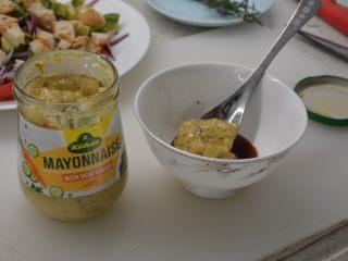 #年年有鱼#家宴:三文鱼沙拉,三文鱼配的芥末和酱油全部倒入,加入两勺蔬菜蛋黄酱即可