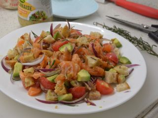 #年年有鱼#家宴:三文鱼沙拉,撒上迷迭香,用筷子,挑。或者是夹子夹均匀后,再撒上现磨黑胡椒。