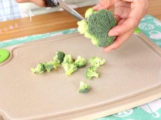 菌菇豆腐羹,西兰花剪小朵  tips:根据自家宝宝吃食物的型状来调整大小