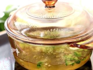 菌菇豆腐羹,清洗干净的西兰花,焯水至西兰花熟透稍软一些