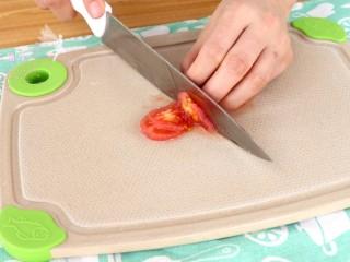 菌菇豆腐羹,番茄放入开水中烫去皮,切碎  tips:番茄皮对于小月龄的宝宝来说不太好消化,所以可以用开水烫去皮衣