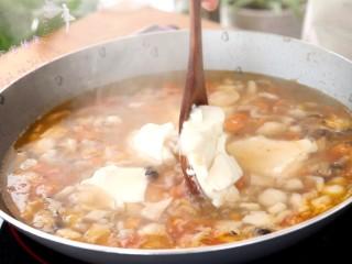 菌菇豆腐羹,待水沸腾时,用勺子舀入豆腐到锅中  tips:内酯豆腐比较嫩,稍微煮一下就可以了