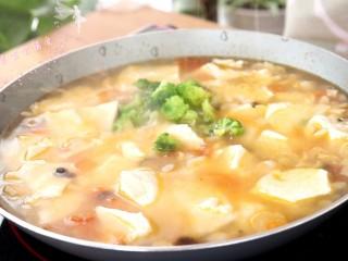 菌菇豆腐羹,放入西兰花,继续煮沸