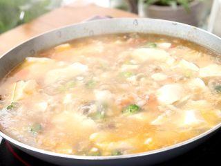 菌菇豆腐羹,轻轻搅拌,加适量盐调味,继续烧沸,煮1min即可