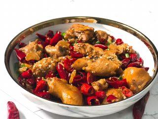 辣子鸡,炒至水分收干,撒上香葱和白芝麻,淋上香油,就可以出锅了