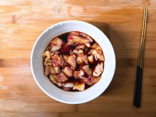 辣子鸡,将鸡切成鸡块放入碗中,倒入盐,生抽,料酒搅拌均匀后腌制30分钟入味