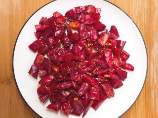 辣子鸡,将干红椒切成小段备用,差不多一根的长度切为三段