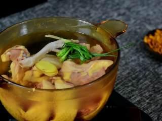 营养美味,简单易上手的虫草花冬笋草鸡汤,草鸡斩块,凉水入锅,加入葱结、姜片。