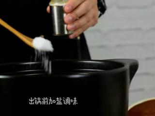营养美味,简单易上手的虫草花冬笋草鸡汤,开盖,加入枸杞,出锅前加盐调味即可。