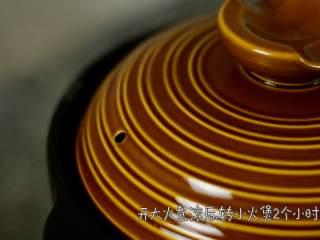 营养美味,简单易上手的虫草花冬笋草鸡汤,开大火煮滚后,转小火煲2个小时。