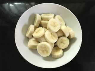 红薯香蕉糯米煎饼,把2个香蕉去皮后切成小段,香蕉建议用稍熟一点的。