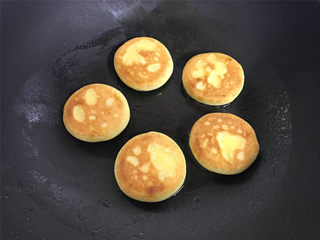 红薯香蕉糯米煎饼,用中小火,一面煎好后翻面煎另一面,直至把两面都煎成金黄色后取出。