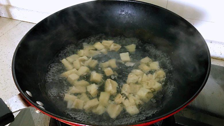 糖醋藕丁,烧一锅开水,藕丁放入沸水入锅焯半分钟捞出备用。焯烫藕丁可以去掉藕的生涩感。