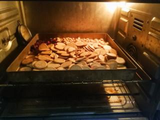 抹茶雪花酥,蔓越莓干、熟花生仁、韧性饼干一起倒入烤盘,放入烤箱60度左右保温待用