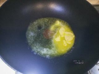 抹茶雪花酥,不粘锅中加入黄油,小火融化
