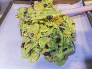 抹茶雪花酥,立即倒至不粘烤盘内,戴上防粘PVC手套以拉伸折叠的方式揉均匀
