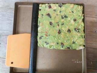 抹茶雪花酥,趁热利用刮板和擀面杖将炒好的糖压实压平整