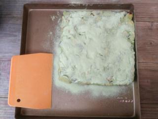抹茶雪花酥,表面再撒上一层抹茶粉和奶粉的混合粉末,翻面后再撒一层