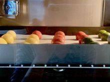 雪球饼干,我是放入烤箱中下层,以预热的温度烘烤12分钟,然后关火闷6-8分钟。